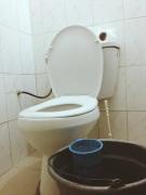 Toilet with no flush, and bucket to wipe your butt   Vaso e o balde pra limpar a bunda